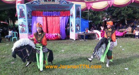 Penari Kuda Lumping yang sedang menari Joget Pegon menggunakan Baju Dasaran warna Ungu dihiasi Rompi berwarna Orange, dan Udeng Bali berwarna Orange