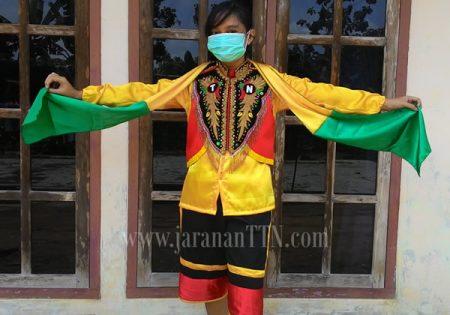 Model Penari Kuda Lumping sedang membawa Sampur