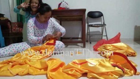 Proses pengerjaan Kostum Kuda Lumping (Kuda Kepang/ Jaranan) untuk TKW Indonesia yang ada di Singapura