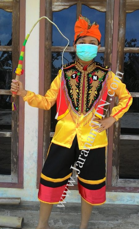 Kostum Penari Kuda Lumping diperankan oleh Model Syantik