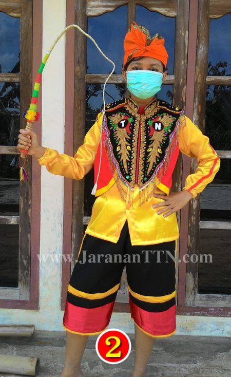 Kostum Penari Kuda Lumping lengkap, terdiri dari Baju Lengan Panjang Kuning, Celana Pendek Hitam, Rompi Merah, Ikat Kepala, Sempyok Dada dan Pecut